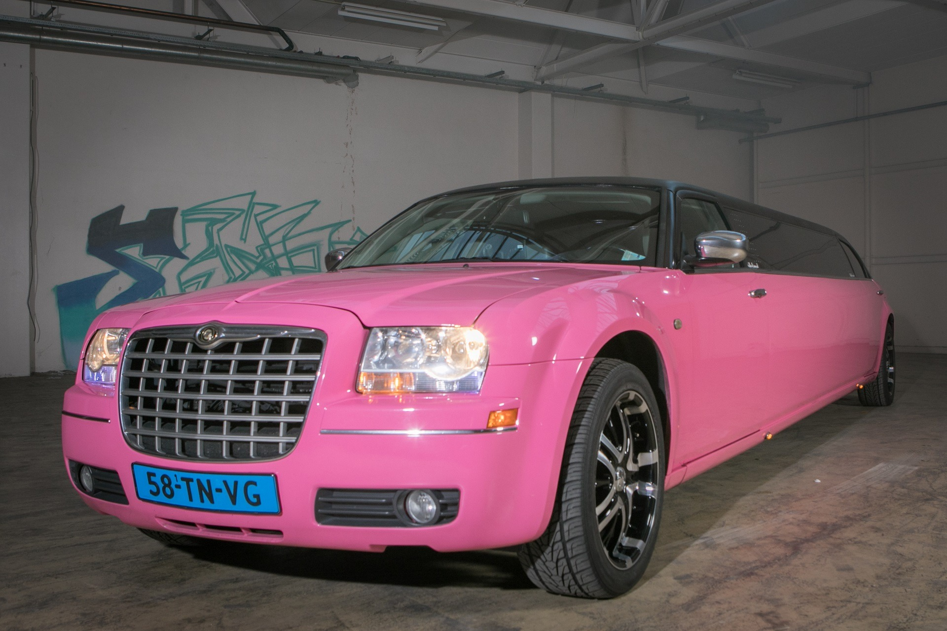 Chrysler 300C roze limousine
