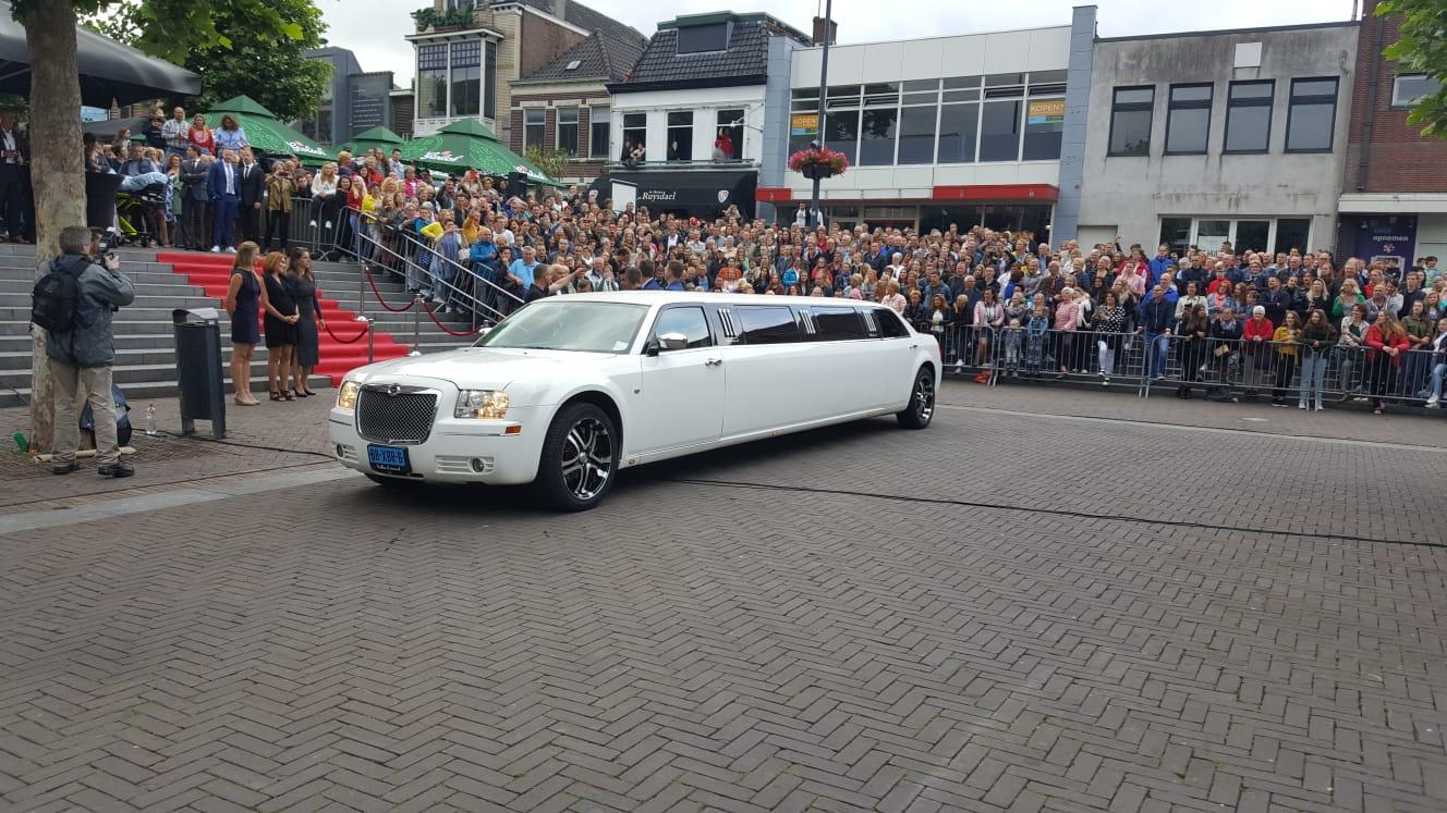 Chrysler limousine 300c | Vallei Limousines | Limousine huren schoolgala